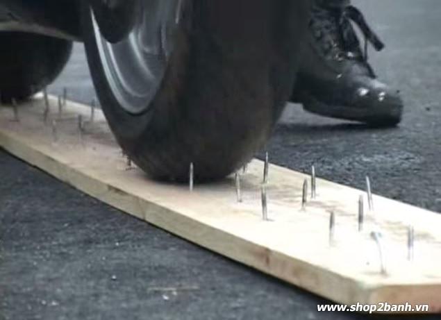Lốp xe chống đinh trang bị công nghệ tự vá mới - 2