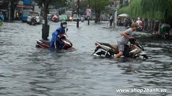 Phải làm gì khi xe máy bị ngập nước chết máy vào mùa mưa - 1