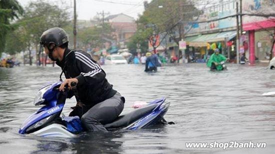 Phải làm gì khi xe máy bị ngập nước chết máy vào mùa mưa - 2