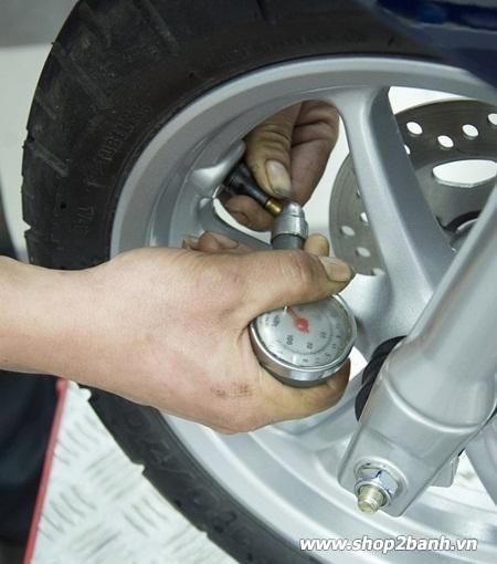 Áp suất bơm hơi ảnh hưởng đến lốp xe tay ga như thế nào - 1