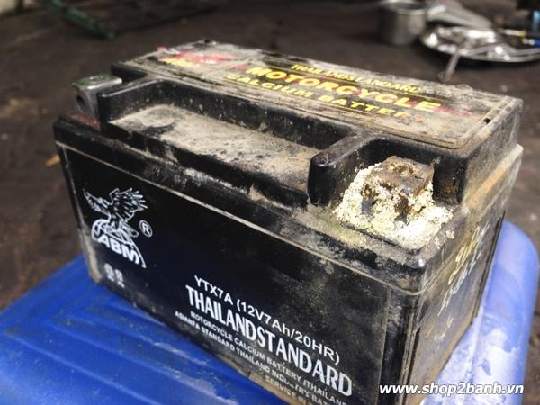 Sử dụng ắc quy xe máy kém chất lượng hậu quả khôn lường - 2