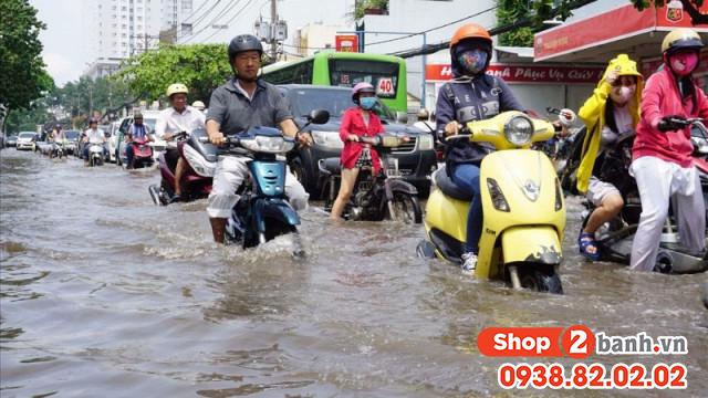 Cần lưu ý những gì để chạy xe máy an toàn trong mùa mưa - 2