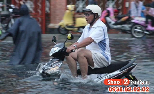 Cẩn thận khi sử dụng xe máy vào mùa mưa đường ngập nước - 8