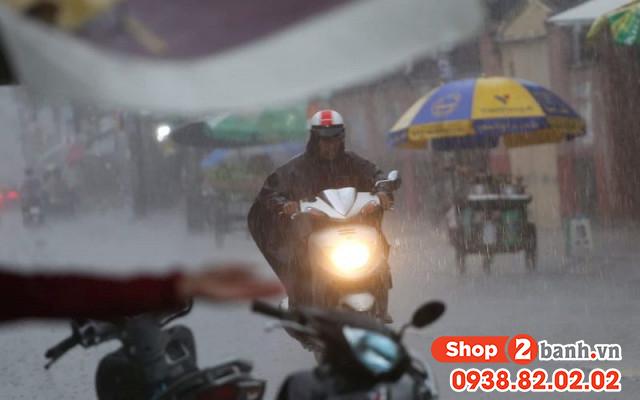 Cẩn thận khi sử dụng xe máy vào mùa mưa đường ngập nước - 5