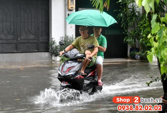 Cẩn thận khi sử dụng xe máy vào mùa mưa đường ngập nước - 1
