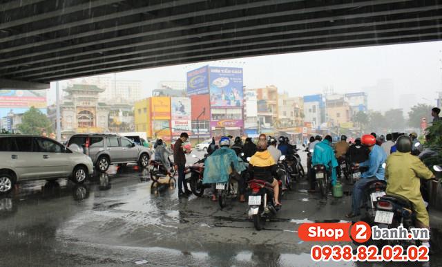 Cẩn thận khi sử dụng xe máy vào mùa mưa đường ngập nước - 4