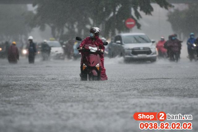 Cẩn thận khi sử dụng xe máy vào mùa mưa đường ngập nước - 3