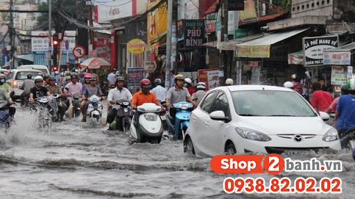 Cẩn thận khi sử dụng xe máy vào mùa mưa đường ngập nước - 6
